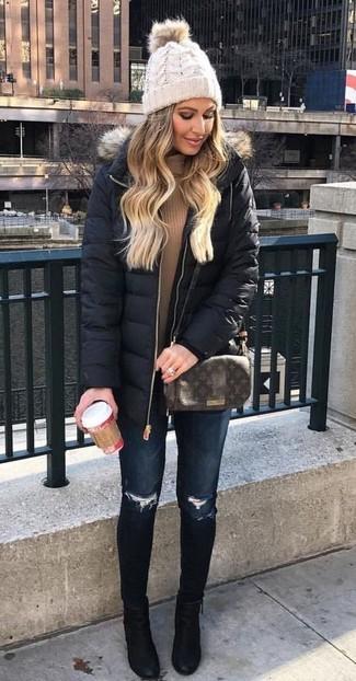 Comment porter: doudoune longue noire, pull à col roulé marron clair, jean skinny déchiré bleu marine, bottines en daim noires