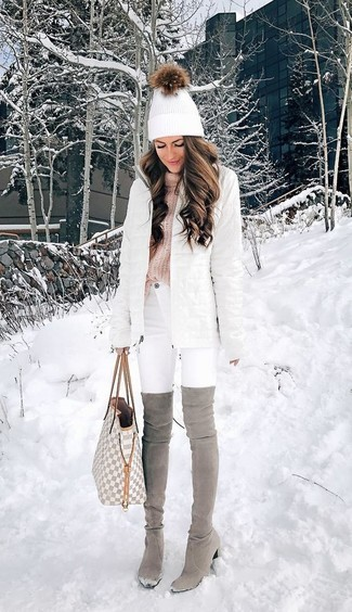 Comment porter: doudoune longue blanche, pull à col roulé en tricot rose, jean skinny blanc, cuissardes en daim grises