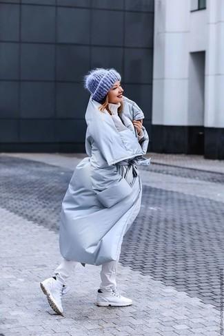 Comment porter: doudoune longue bleu clair, pull à col roulé en tricot blanc, jean skinny blanc, baskets montantes blanches