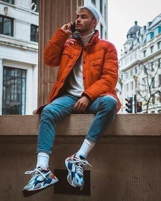 Comment porter un jean skinny bleu: Marie une doudoune longue orange avec un jean skinny bleu pour une tenue idéale le week-end. Si tu veux éviter un look trop formel, choisis une paire de des chaussures de sport blanc et rouge et bleu marine.