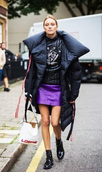 Comment porter: doudoune longue noire, pull à col roulé en cuir imprimé noir, minijupe en cuir pourpre, bottines à lacets en cuir noires