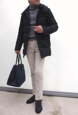 Comment porter: doudoune longue noire, pull à col roulé en tricot gris, pantalon chino beige, double monks en daim marron foncé