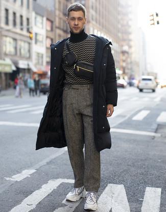 Comment porter des chaussures de sport blanches: Pense à associer une doudoune longue noire avec un pantalon de costume en laine à chevrons gris pour aller au bureau. Tu veux y aller doucement avec les chaussures? Opte pour une paire de des chaussures de sport blanches pour la journée.