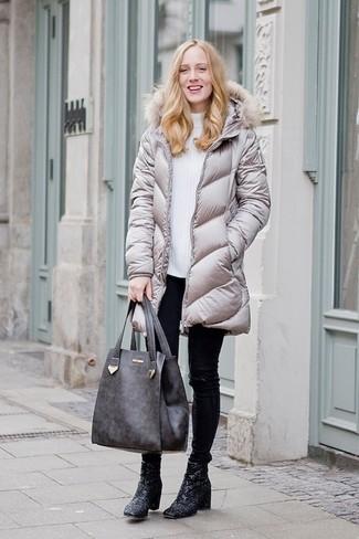 Comment porter: doudoune longue grise, pull à col roulé en laine blanc, pantalon slim en cuir noir, bottines pailletées noires