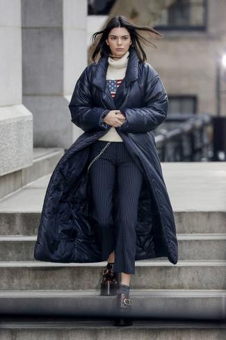 Comment porter: doudoune longue bleu marine, pull à col roulé en laine imprimé beige, pantalon slim en laine à rayures verticales bleu marine, mocassins plateforme en cuir bordeaux