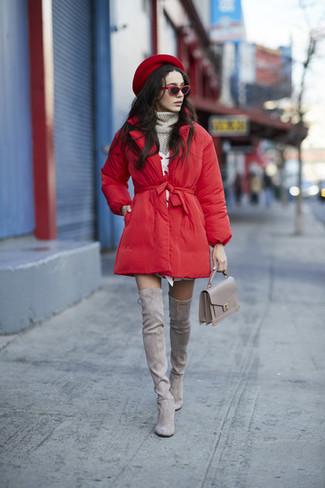Comment porter: doudoune longue rouge, pull à col roulé en tricot gris, robe-pull blanche, cuissardes en daim grises