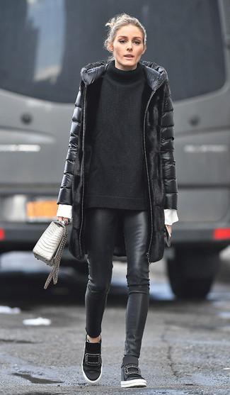 Tenue de Olivia Palermo: Doudoune longue noire, Pull surdimensionné en tricot noir, Chemise de ville blanche, Pantalon slim en cuir noir