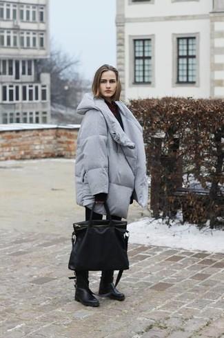 Comment porter: doudoune longue grise, pull surdimensionné noir, jean skinny noir, bottes mi-mollet en cuir noires