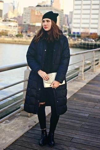 Comment porter: doudoune longue bleu marine, pull torsadé bleu marine, jean skinny déchiré noir, bottines en cuir noires