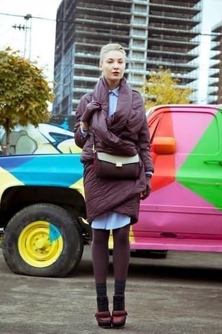 Comment porter: doudoune longue bordeaux, robe chemise bleu clair, escarpins en cuir bordeaux, sac bandoulière en cuir bordeaux