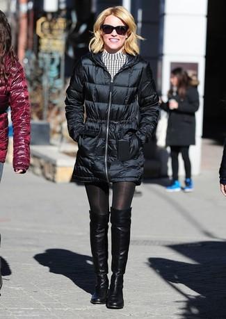 Comment porter: doudoune longue noire, robe décontractée à carreaux blanche et noire, cuissardes en cuir noires, lunettes de soleil noires