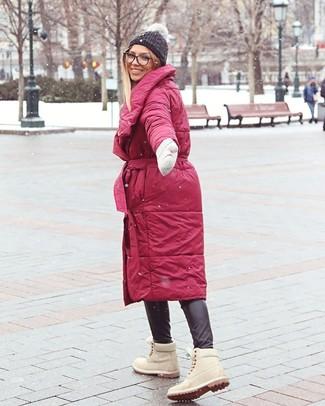 Comment porter: doudoune longue rouge, pantalon slim en cuir noir, bottines plates à lacets en daim beiges, bonnet en tricot gris foncé