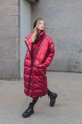 Comment porter: doudoune longue rouge, sweat à capuche noir, jupe mi-longue imprimée rouge, bottines plates à lacets en cuir noires