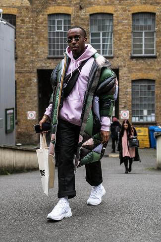 Comment porter: doudoune longue vert foncé, sweat à capuche rose, pantalon chino noir, sac banane noir