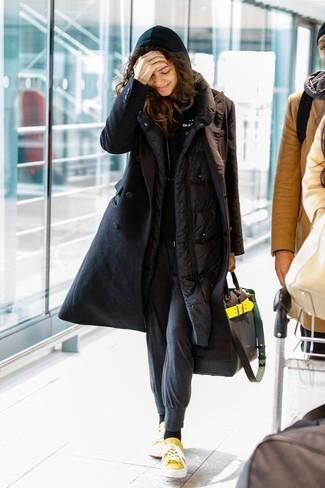 Comment porter un sweat à capuche noir: Harmonise un sweat à capuche noir avec un pantalon de jogging gris foncé pour créer un look génial et idéal le week-end. Jouez la carte classique pour les chaussures et assortis cette tenue avec une paire de des baskets basses en toile jaunes.