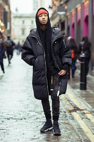 Comment s'habiller pour un style relax: Pense à harmoniser une doudoune longue noire avec un pantalon de jogging camouflage noir pour obtenir un look relax mais stylé. Pourquoi ne pas ajouter une paire de des chaussures de sport noires à l'ensemble pour une allure plus décontractée?