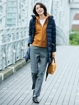 Comment porter: doudoune longue bleu marine, sweat à capuche moutarde, t-shirt à col rond blanc, pantalon de costume en laine gris