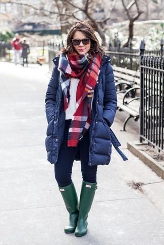 Comment porter un sweat-shirt blanc: Harmonise un sweat-shirt blanc avec un jean skinny bleu marine pour une tenue confortable aussi composée avec goût. Tu veux y aller doucement avec les chaussures? Complète cet ensemble avec une paire de des bottes de pluie vert foncé pour la journée.