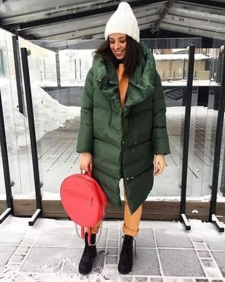 Comment porter: doudoune longue vert foncé, sweat-shirt orange, pantalon chino orange, bottines plates à lacets en nubuck épaisses marron foncé