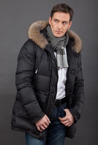 Comment porter: doudoune longue noire, t-shirt à col rond blanc, jean bleu marine, écharpe gris foncé