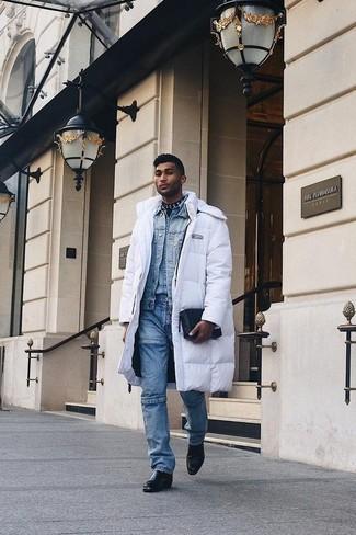 Comment porter: doudoune longue blanche, veste en jean bleu clair, chemise en jean bleu clair, jean bleu