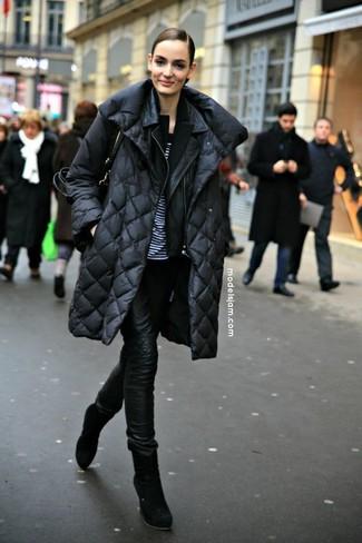 Comment porter: doudoune longue noire, veste motard en cuir noire, blazer noir, t-shirt à col rond à rayures horizontales blanc et noir