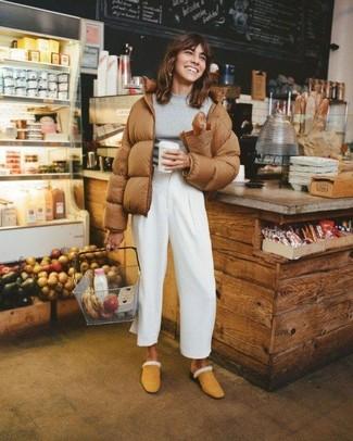 Comment porter un pantalon large blanc: Pense à porter une doudoune marron et un pantalon large blanc et tu auras l'air d'une vraie poupée. Jouez la carte classique pour les chaussures et assortis cette tenue avec une paire de des mules en daim marron clair.