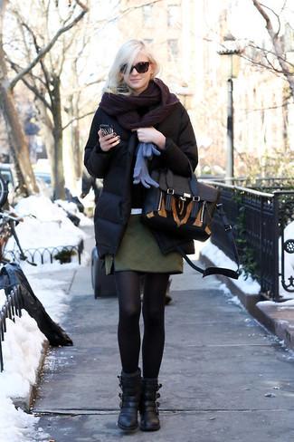 Comment porter: doudoune noire, minijupe matelassée vert foncé, bottines en cuir noires, cartable en cuir noir