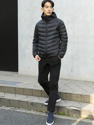 Comment porter: doudoune noire, pantalon chino noir, baskets basses en daim bleu marine, chaussettes grises