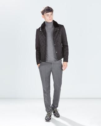 Comment porter: doudoune noire, pull à col roulé gris, pantalon de costume gris, chaussures de sport en daim gris foncé
