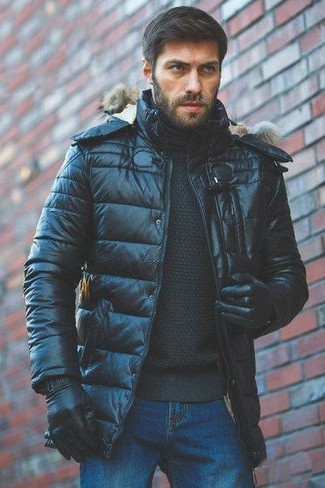 Comment porter: doudoune noire, pull à col roulé noir, jean bleu, gants en cuir noirs