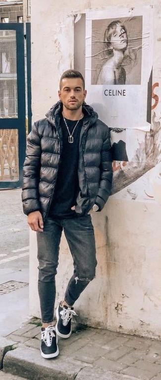 Comment porter: doudoune noire, t-shirt à col rond noir, jean déchiré gris foncé, baskets montantes noires et blanches