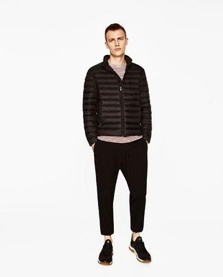 Comment porter: doudoune noire, t-shirt à manche longue à rayures horizontales blanc et rouge, pantalon de jogging noir, baskets basses en daim noires