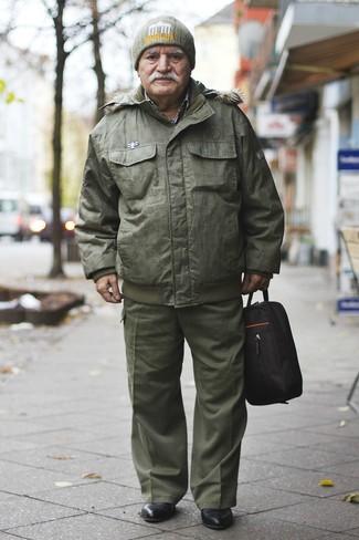 Comment porter: doudoune olive, pantalon cargo olive, bottines chelsea en cuir noires, bonnet olive