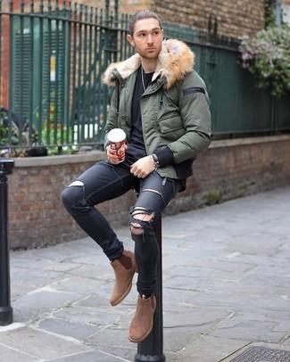 Comment porter: doudoune olive, t-shirt à col rond noir, jean skinny déchiré noir, bottines chelsea en daim marron clair