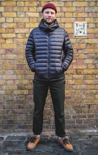 Comment porter une doudoune bleu marine: Essaie d'associer une doudoune bleu marine avec un pantalon chino vert foncé pour un look idéal au travail. Jouez la carte décontractée pour les chaussures et complète cet ensemble avec une paire de des baskets basses en cuir marron clair.