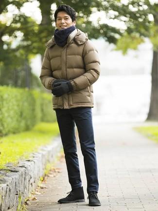 Comment porter: doudoune olive, pantalon chino bleu marine, bottines chukka en daim noires, écharpe gris foncé
