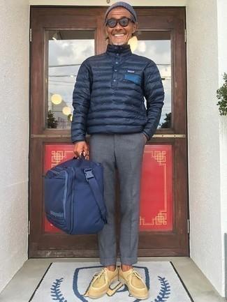 Comment porter une doudoune légère bleu marine: Porte une doudoune légère bleu marine et un pantalon chino gris pour aller au bureau. Complète ce look avec une paire de des bottines chukka en daim beiges.