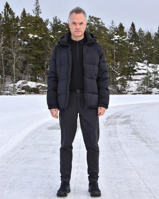 Comment s'habiller après 40 ans: Pense à associer une doudoune noire avec un pantalon chino gris foncé pour aller au bureau. Si tu veux éviter un look trop formel, termine ce look avec une paire de bottes d'hiver en toile noires.