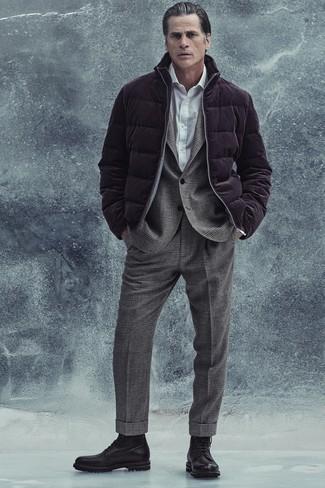 Comment s'habiller après 40 ans: Pense à porter une doudoune pourpre foncé et un costume en laine écossais gris pour une silhouette classique et raffinée. Tu veux y aller doucement avec les chaussures? Termine ce look avec une paire de bottes de loisirs en cuir noires pour la journée.
