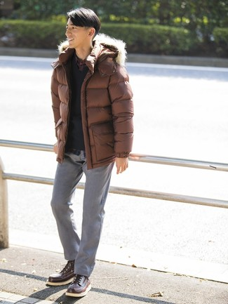Comment porter: doudoune marron, pull à col en v noir, chemise à manches longues écossaise bleu marine, pantalon chino gris
