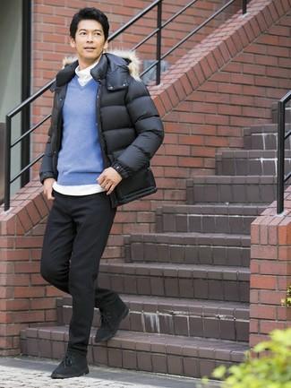 Comment porter: doudoune noire, pull à col en v bleu, pull à col roulé blanc, jean noir