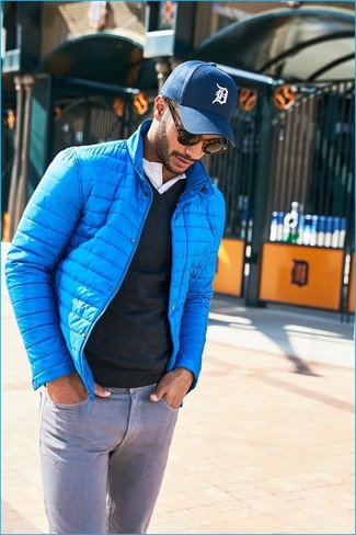 Comment porter: doudoune turquoise, pull à col en v noir, t-shirt à col boutonné blanc, jean gris
