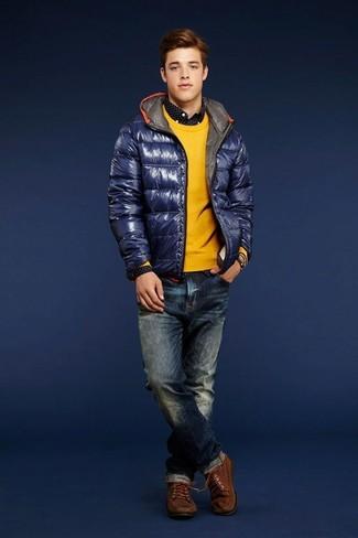 Comment porter: doudoune bleu marine, pull à col rond jaune, chemise à manches longues á pois noire et blanche, jean bleu marine
