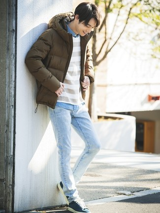 Comment porter: doudoune marron, pull à col rond à rayures horizontales blanc, chemise à manches longues en chambray bleu clair, jean bleu clair