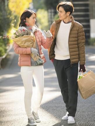 Comment porter: doudoune marron, pull à col rond blanc, chemise à manches longues écossaise grise, pantalon chino gris foncé
