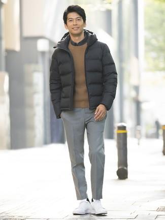 Comment porter: doudoune noire, pull à col rond marron, chemise à manches longues gris foncé, pantalon de costume écossais gris