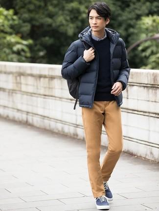Comment porter: doudoune bleu marine, pull à col rond bleu marine, chemise à manches longues en vichy bleue, pantalon chino marron clair