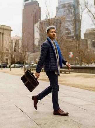 Comment porter: doudoune bleu marine, pull à col rond marron, chemise à manches longues blanche, pantalon chino bleu marine