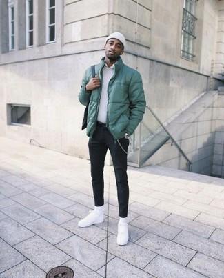 Comment porter: doudoune verte, pull à col rond blanc, chemise de ville blanche, pantalon chino noir
